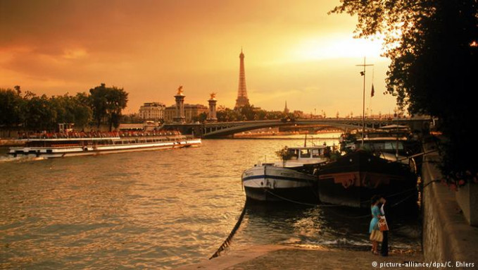 Perancis menempati urutan teratas gengs. Dengan daya pikat wisata berupa istana, ladang anggur, museum, kuliner dan keindahan lainnya. Tak ayal, Perancis pada tahun 2015 lalu menarik 84.5 wisatawan.
