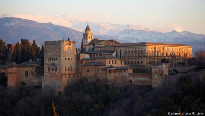 Daya tarik Spanyol sebagai wisata favorit selain atraksi matador dalah keindahan pantainya. Seperti Fiesta dan Flamenco. Wisata kuliner juga nggak kalah bikin lidah bergoyang. Tercatat, 68.2 juta wisatawan berkunjung ke negara ini.