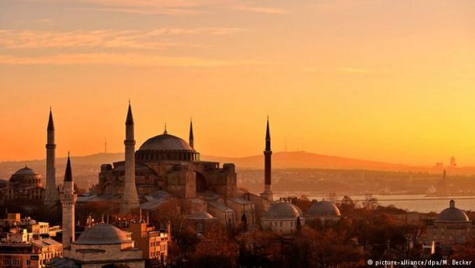 Berada diantara benua Asia dan Eropa membuat Turki memiliki kekayaan budaya yang beragam. Kota-kota terkenal seperti Hagia Sophia, Kappadokia dan Istanbul menjadi destinasi yang menarik. Namun serangan teror membuat negara ini mengalami kemerosotan jumlah wisatawan. Tahun 2015 hanya 39.5 juta saja yang mengunjungi Turki.