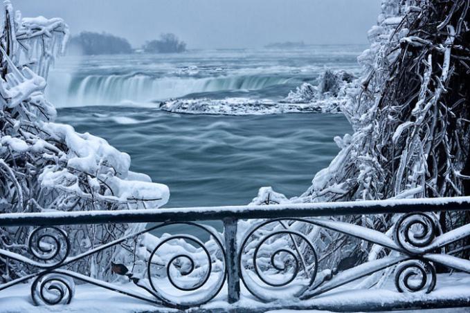 Yang kalian liat ini bukanlah lukisan lho Pulsker, tapi foto berlatar Niagara beneran.