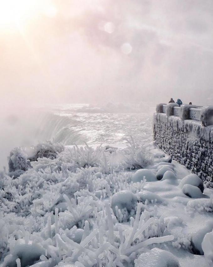Sekitaran tebing air terjunnya terbentuk kristal-kristal dari salju.