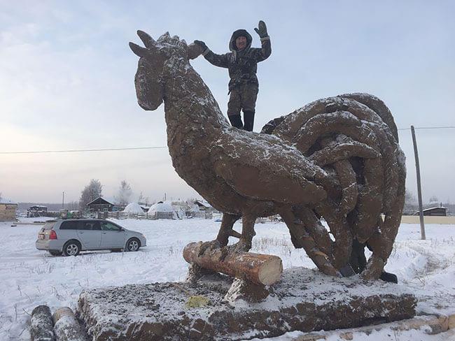 Boposov nggak sendirian Pulsker, saat membuat patung ini dia dibantu oleh saudara-saudaranya. Seperti dilansir media Rusia RT, dia memilih bentuk ayam karena tahun 2017 lalu merupakan tahun ayam bagi kalender Tionghoa.