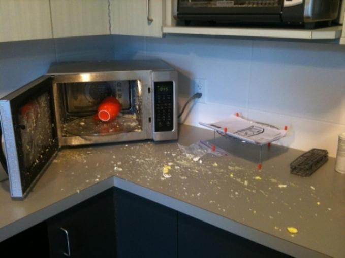 Jangan coba-coba merebus telur dalam oven deh gengs kalau nggak mau meledak dan berakhir kayak gini.