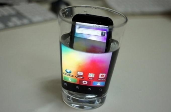 Katanya sih biar layar di ponsel terlihat makin gede kalau dicelupin ke air. Memang, tapi resiko tanggung sendiri lho.