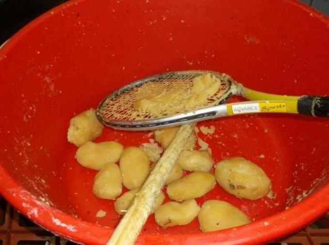 Tak ada pemarut untuk menghaluskan kentang, pakai raket tenis.