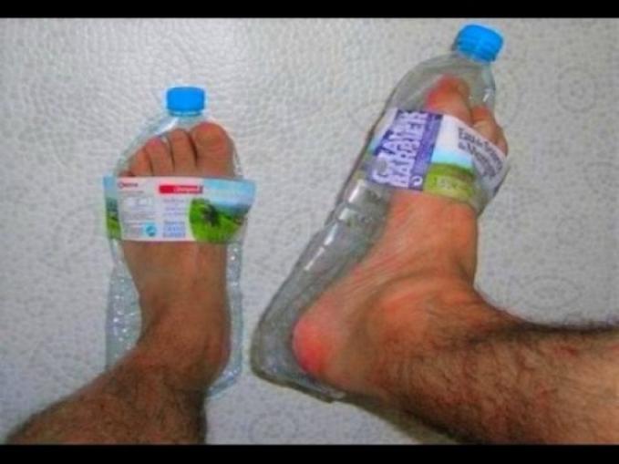 Kreatif juga ya ide orang ini, memanfaatkan botol plastik air mineral untuk sandal.