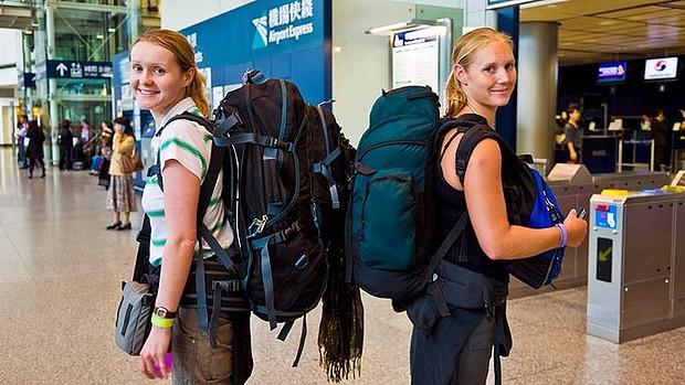 Membawa tas masih ditoleransi. Kalau tas kalian berukuran lebih dari 45 x 63.5 cm atau ransel ala bacpacker itu yang nggak boleh.