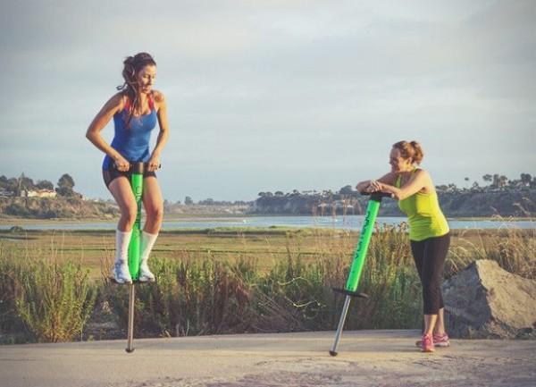 Berikutnya ada pogo stick. Benda ini biasanya digunakan untuk lompat-lompat gengs. Dan buat kalian yang punya pogo stick mending simpan dirumah aja deh.