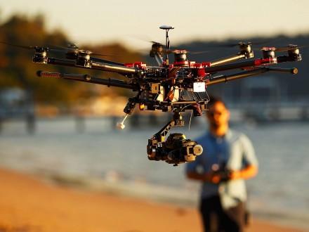 Benda selanjutnya adalah drone Pulsker. Kalau mengabadikan liburan mending kalian bawa kamera biasa aja deh. Selain ribet membawa drone juga dapat mengganggu pengunjung lainnya.