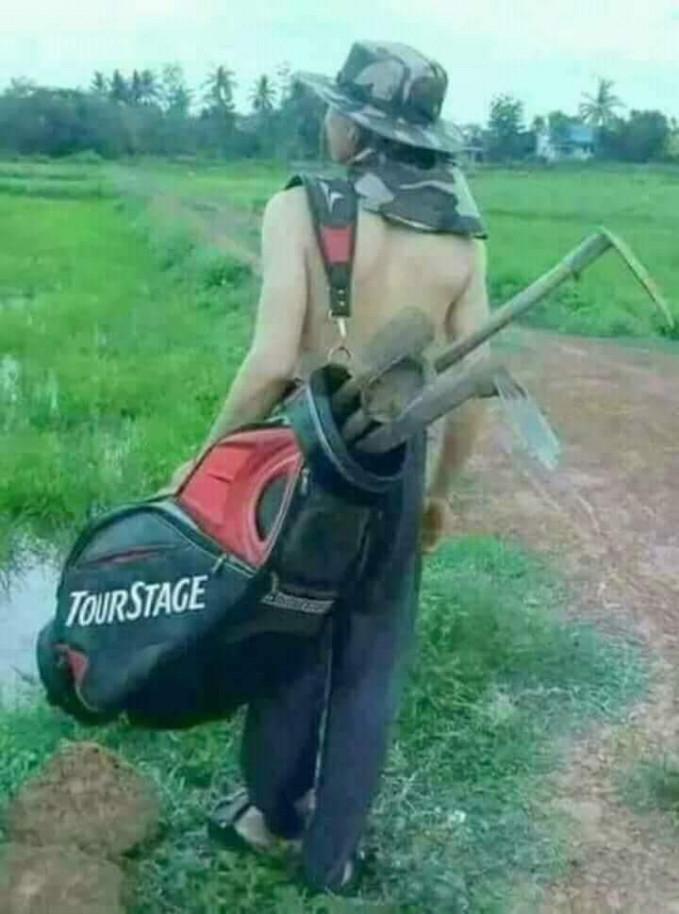 Cuma di Indonesia tas buat stik golf dipakai ke sawah jadi tempat cangkul dan sebangsanya.