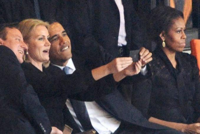 Mantan Presiden Barack Obama bisa banget asyik foto bersama para pejabat yang lain, sedangkan istrinya yang berada di sebelahnya malah dicuekin.