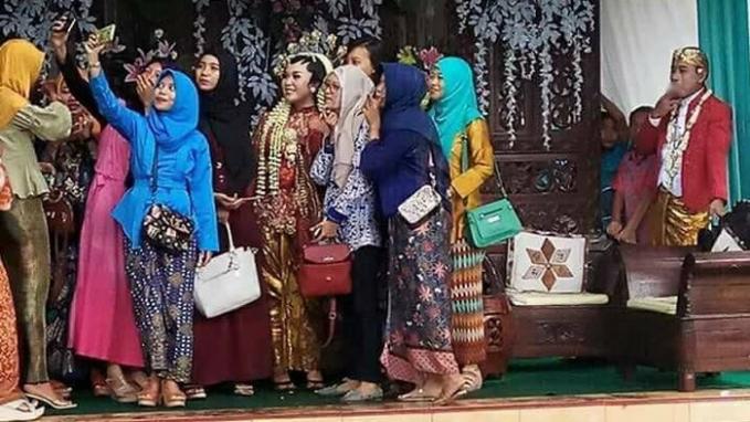 Ini yang lagi viral, pengantin pria diabaikan saat teman-teman pengantin wanita sedang asyik berfoto groufie.