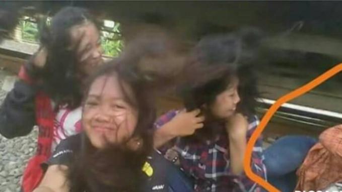 Foto ini sempat viral di media sosial karena beberapa gadis memilih rel kereta api sebagai tempat untuk berfoto. Sayangnya, ada satu anak yang tersambar kereta saat kereta api melintas dibelakangnya. Cari sensasi kok malah mengorbankan nyawa?!