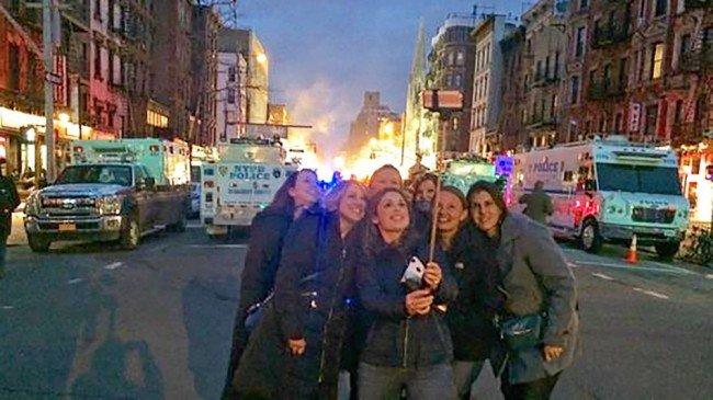 Foto ini diambil saat terjadi kebakaran di suatu kota. Sayangnya sampai sekarang masih banyak orang yang hobby mengabadikan foto saat orang lain terkena musibah. Miris nggak sih, bukannya menolong malah asik berfoto.
