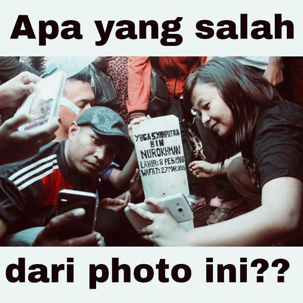 Ada lagi yang miris, dan kebanyakan ini dilakukan oleh orang Indonesia, yaitu selfie dengan batu nisan. Kamu pernah kaya gini juga nggak Pulsker?