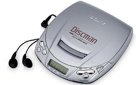 Discman Cuma orang yang gaul dijamannya yang punya benda ini. Kalau sekarang kita tinggal download aplikasi musik seperti Joox atau Spotify aja ya, dan nggak perlu membawa CD kemana-mana.