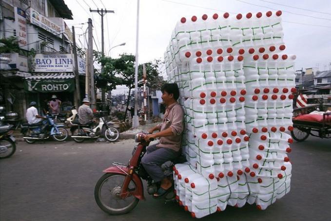 Botol plastik emang ringan, tapi kalau isisnya banyak kaya gini juga bahaya.