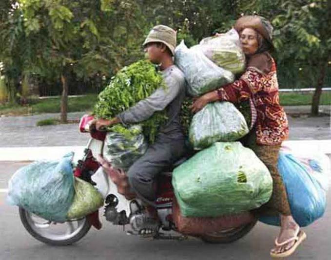 Walaupun sesak, tapi ibu ini nyaman banget ya pakai bantal dari sayur.