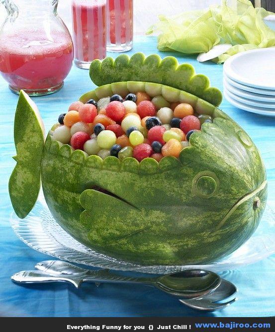 Makan semangka enak juga kali ya guys apalagi pas panas-panas di siang hari.