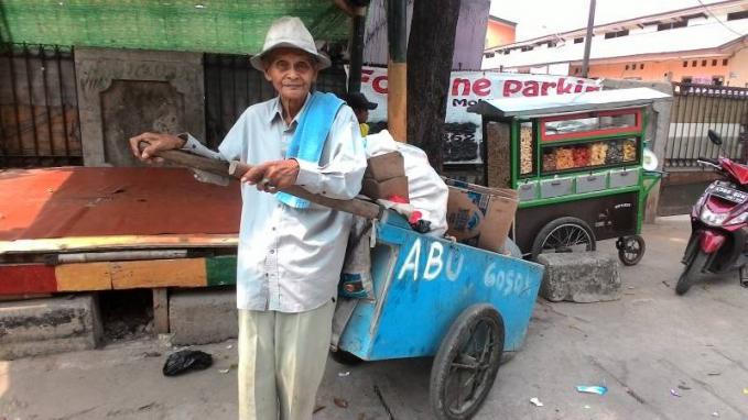 Di daerah kalian masih ada nggak penjual abu gosok yang keliling menjajakan dagangannya menggunakan gerobak?.
