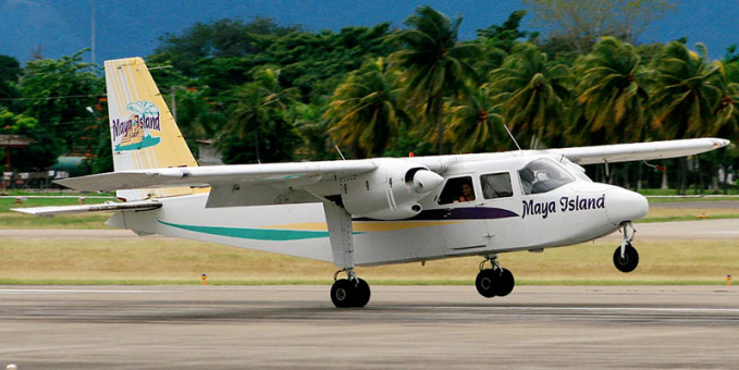 Berikutnya ada maskapai Maya Island Air yang melayani rute penerbangan ke Kapel Caye menuju Caye Caulker. Jarak tempuhnya hanya memakan waktu 15 menit. Jarak antar pulau sendiri sih 2.4 mil.