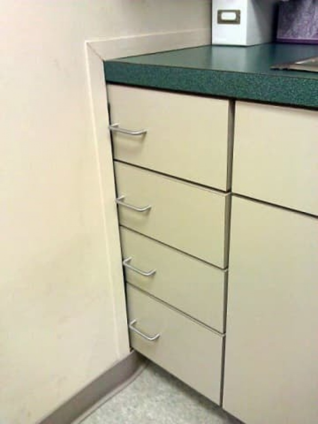 Percuma deh beli lemari bagus-bagus buat ditaruh di dapur tapi endingnya nggak bisa dibuka. Sayang kan?.