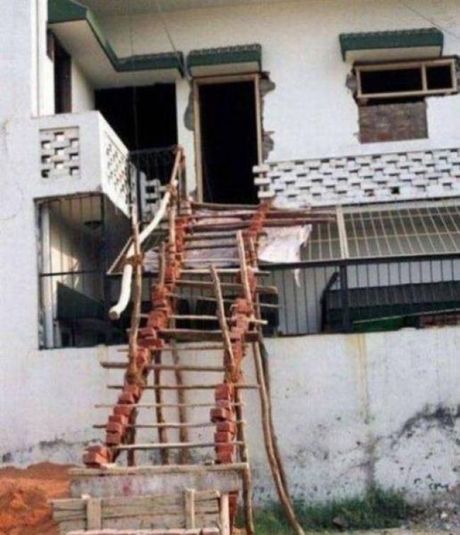 Harus melewati tangga maut dulu nih sebelum masuk rumahnya gengs. Hati-hati biar nggak terperosok.