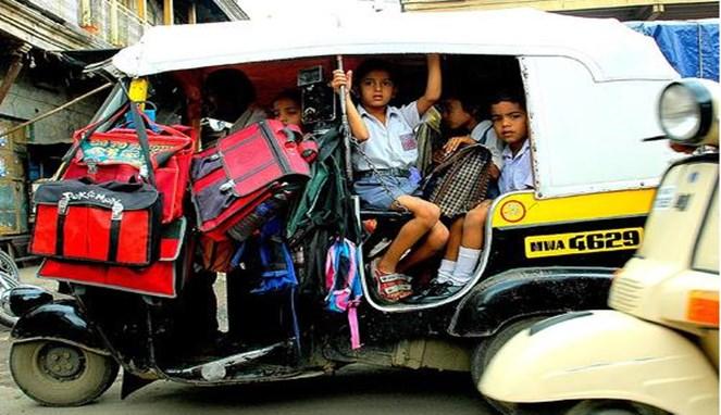 Di Indonesia, keberadaan bajaj kini semakin berkurang gengs. Tapi di India masih digunakan untuk mengantarkan anak-anak berangkat ke sekolah.