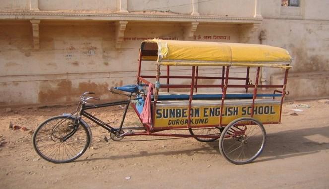 Sepeda modifikasi untuk antar-jemput anak-anak pergi sekolah.