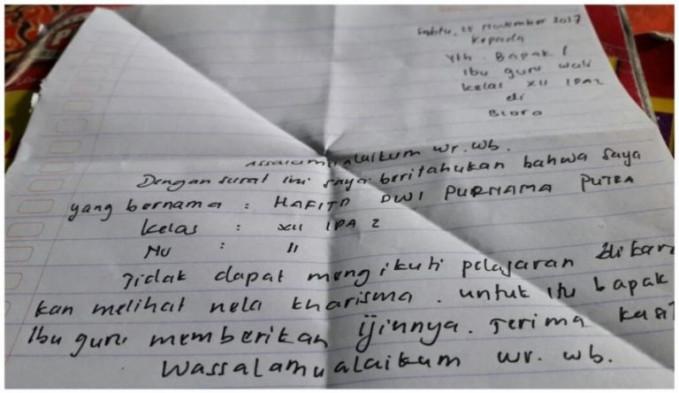 Surat ini sempat viral di media sosial, karena seorang siswa mengirim surat izin pada gurunya buat nggak masuk sekolah untuk menonton konser dangdut Nella Kharisma. Bisa banget sih!
