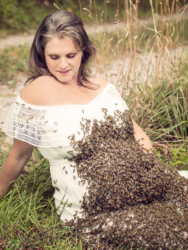Yakin deh, banyak orang nggak bakalan berani foto bareng ribuan lebah kayak gini. Nah, bumil yang sekaligus aktivis lebah bernama Emilly Mueler ini melakukannya. Tak tanggung-tanggung, dia berfoto dengan ribuan lebah lho.