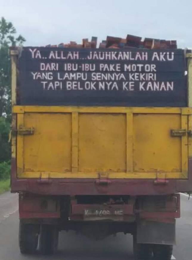 Doa para pengendara di jalanan yang sudah diwakili tulisan di belakang truk.