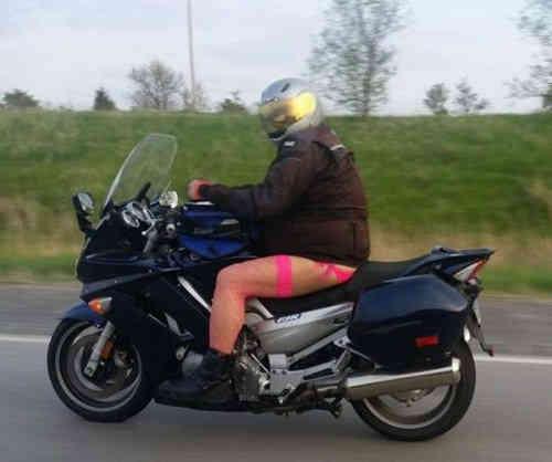 Naik motor tanpa pakai celana selain bahaya juga bisa menyebabkan masuk angin lho.
