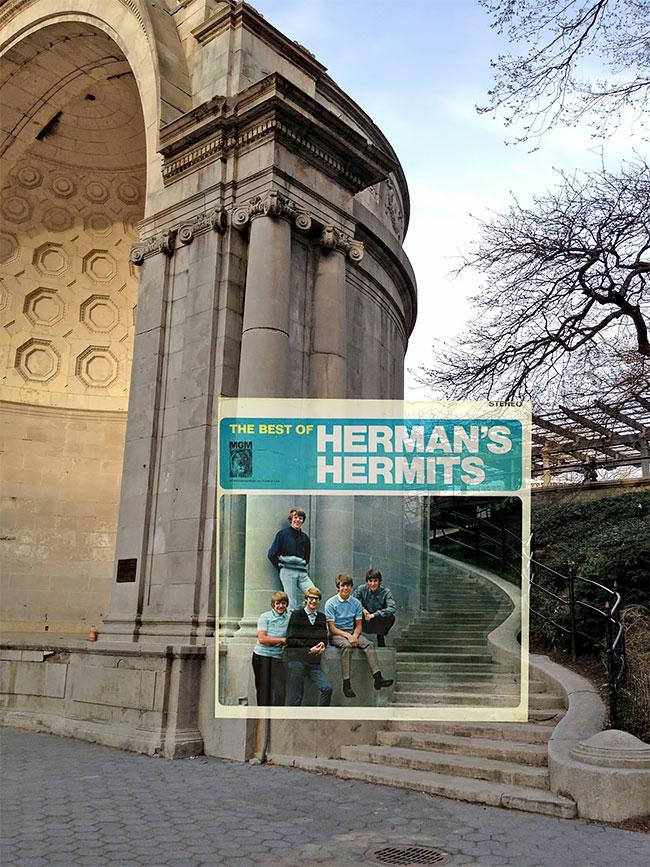 Herman Hermits dulu berpose di depan bangunan Naumberg Bandshell, New York. Bandingkan bangunannya yang sekarang, beda nggak?.