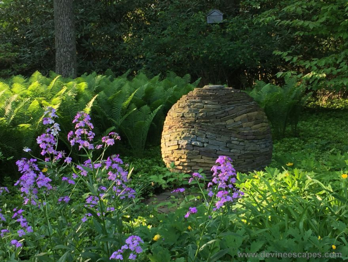 Bentuk bulat yang nyaris sempurna terletak di tengah taman rumah.