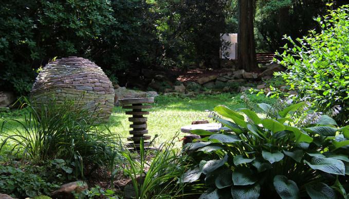 Hampir semua ornamen di taman milik Devin memanfaatkan batu ya gengs.