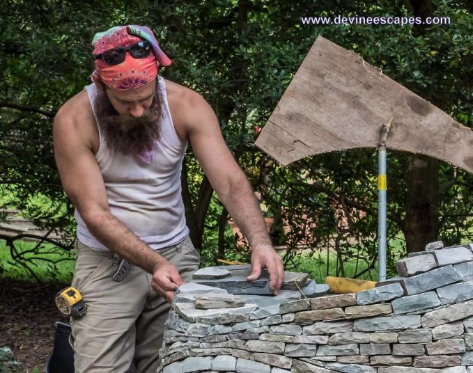 Dan, beginilah saat Devin menyusun lempengan batuannya dengan teliti dan sabar.