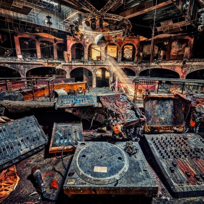 Ini adalah potret sebuah klub malam di Asutria yang mengalami kebakaran. Terlihat peralatan musik yang hangus terbakar.