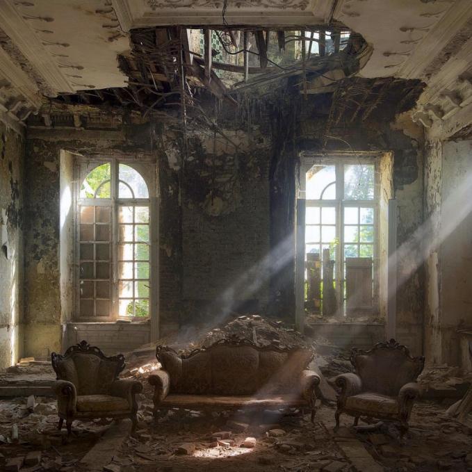 Potret sebuah istana tua di Belgia yang sudah terbengkalai. Ada juga kursi yang tertutup debu dan sarang laba-laba.