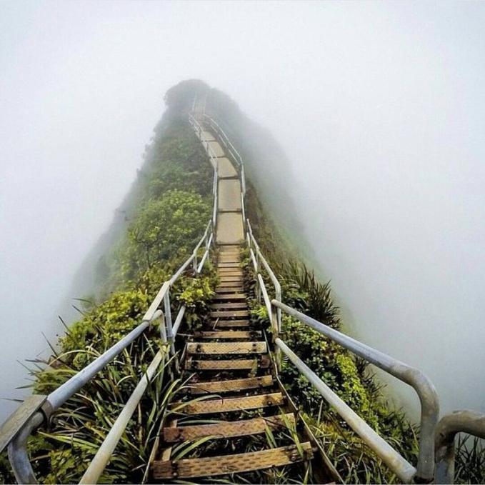 Ini adalah jalan yang sering dijuluki starway to heaven yang terletak di Hawai.