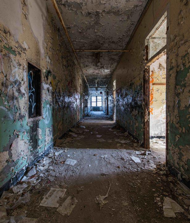 Potret sebuah lorong di bekas rumah sakit jiwa di New York.