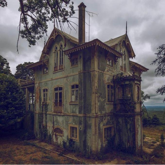 Sebuah rumah tua yang ditinggalkan di Portugal.