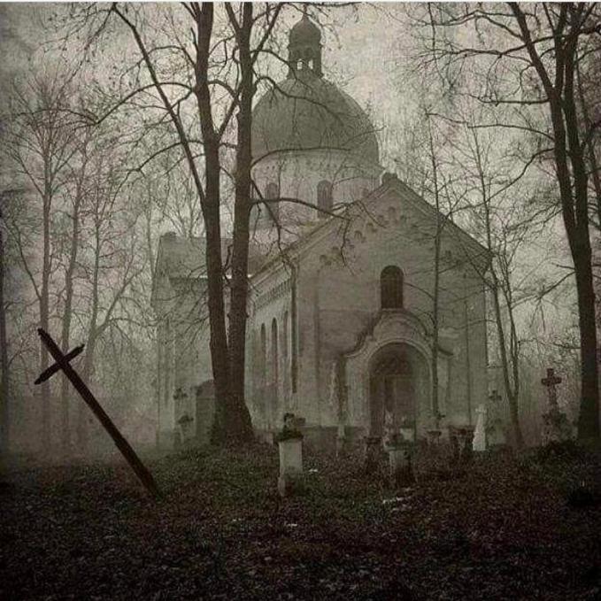 Bukan hanya bangunan tua, ini juga area perkuburan yang ada di tengah hutan.