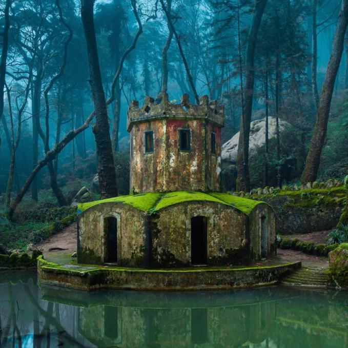 Ini potret sebuah kastil tua di tengag hutan Portugal.
