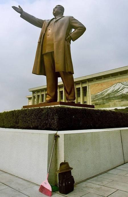 Dengan meletakkan sapu dibawah patung Kim II Sungai adalah tindakan yang sangat melecehkan pemimpin mereka.