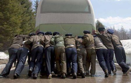 Mengambil foto tentara saja dilarang, apalagi memotret mereka ketika sedang mendorong bis seperti ini. Sama saja merendahkan profesi mereka.