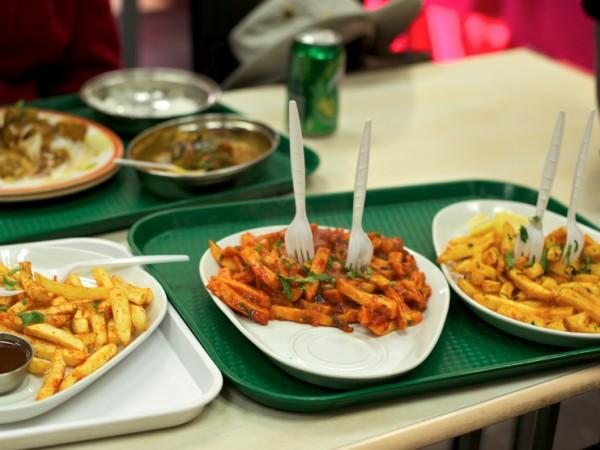 Brazil dan Chile Di negara ini akan dianggap tidak sopan jika menyentuh makan langsung dengan tangan. Dan orang-orang lokal selalu menggunakan pisau dan garpu saat makan termasuk memakan burger, pizza atau kentang goreng sekalipun.