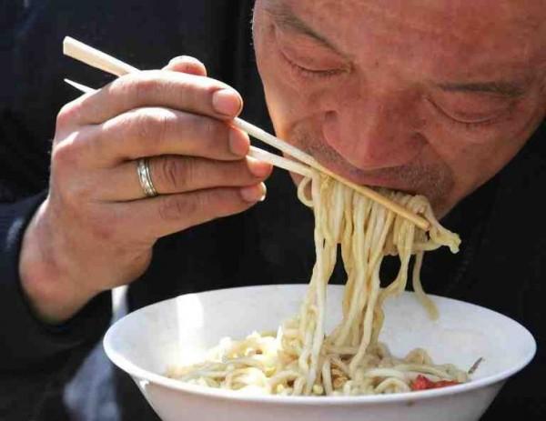 Jepang dan Korea Kalau di Indonesia memakan makanan dengan mengeluarkan suara keras atau menyeruput bisa dianggap nggak sopan. Tapi berbeda dengan Jepang dan Korea yang makan sup atau mie dengan cara menyeruput dan mengeluarkan suara dianggap sebagai bentuk penghargaan kepada koki atau orang yang memasaknya.