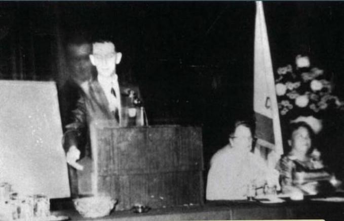Ada bayangan yang menyerupai sosok orang yang di depan podium.
