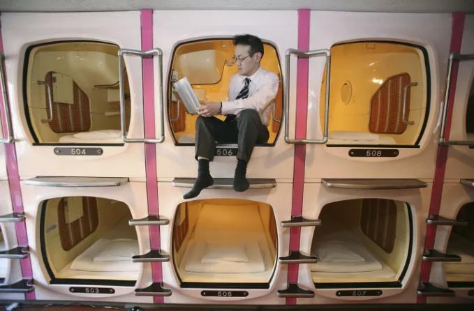 Dengan membayar sekitar 700 ribu rupiah, kamu bisa menikmati sensasi tidur di hotel kapsul ini.